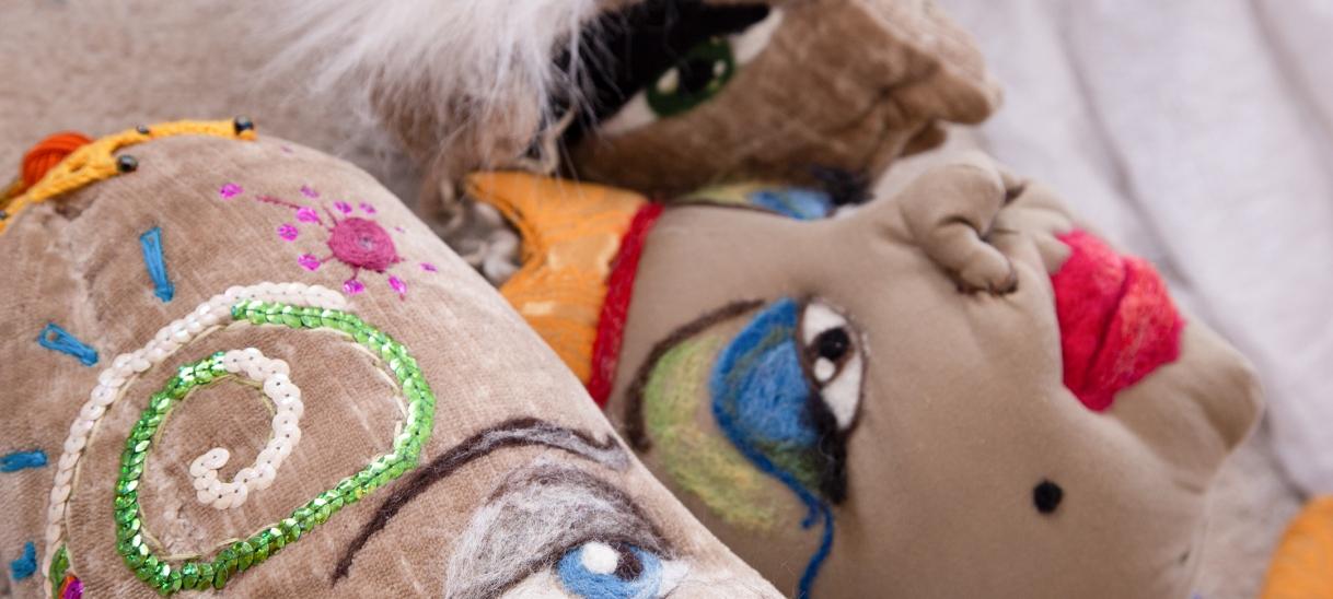 Textile Skulpturen und unsichtbareMächte