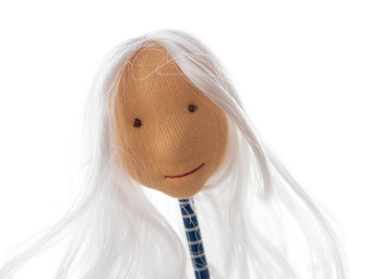 einfacher handgefilzter Puppenkopf, kleiner als meine Hand, mit hautfarbenem Puppentrikot überzogen, blaue Augen, roter Mund, weißes Engelshaar, Vorbereitungsarbeiten