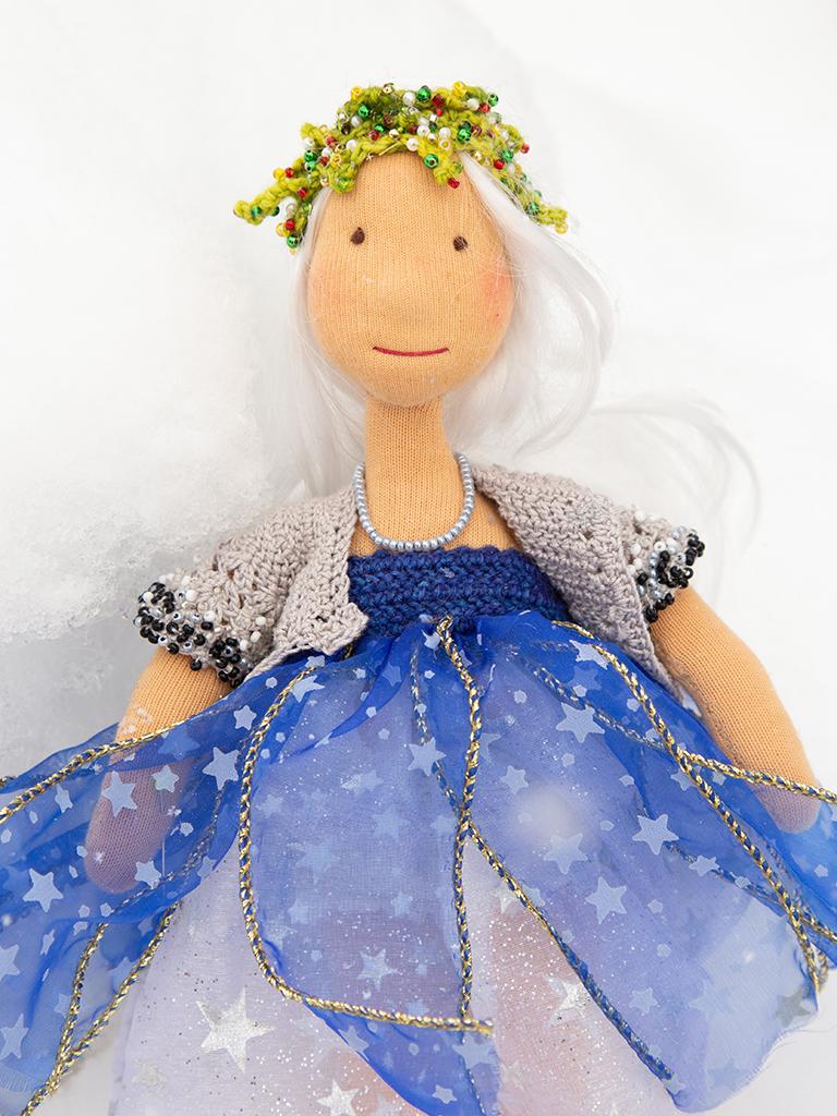Lucia im Schneefall, den man leider nicht sieht, silbernes Kleid mit Sternchendrauf, blaue Bahnen über dem Silberkleid, ebenfalls mit silbernen Sternchen, gehäkelte Raglanweste, ärmellos, an den Armeln bestickt mit schwarzen, silbernen und weißen Perlen
