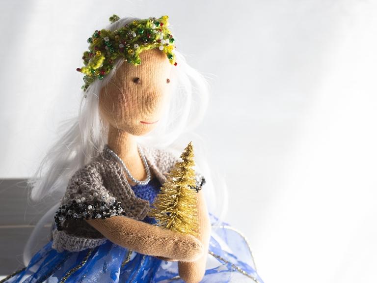 Lucia hält eine goldene Christbaumspitze (Dekobaum) in ihren kleinen angedeuteten Händen, blickt in die Ferne und wartet mit mir auf den 21. Dezember, den Tag, an dem das Licht zurückkehrt