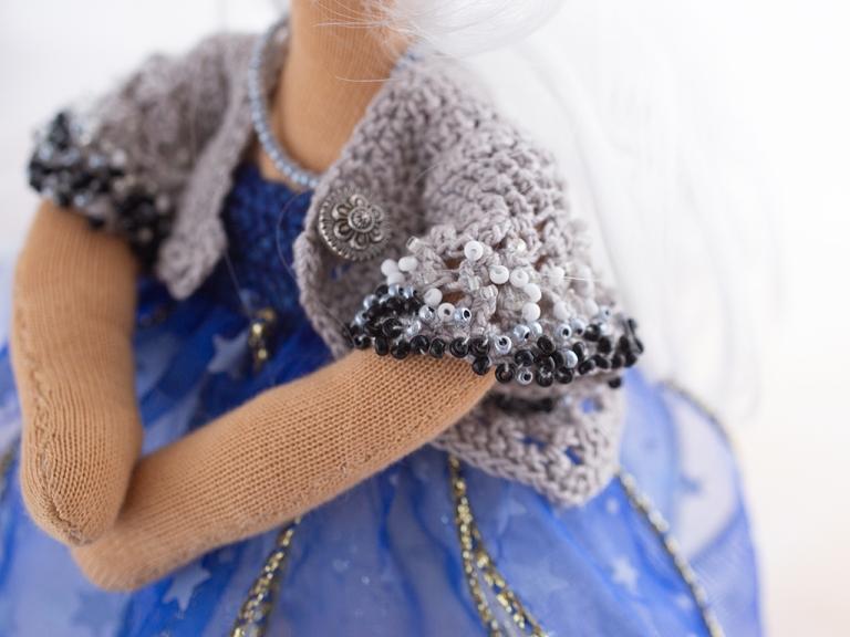 gehäkelter grauer angeschnittener Ärmel der Jacke für Lucia, an den Rändern über und über mit schwarzen, weißen und grauen Perlen bestickt