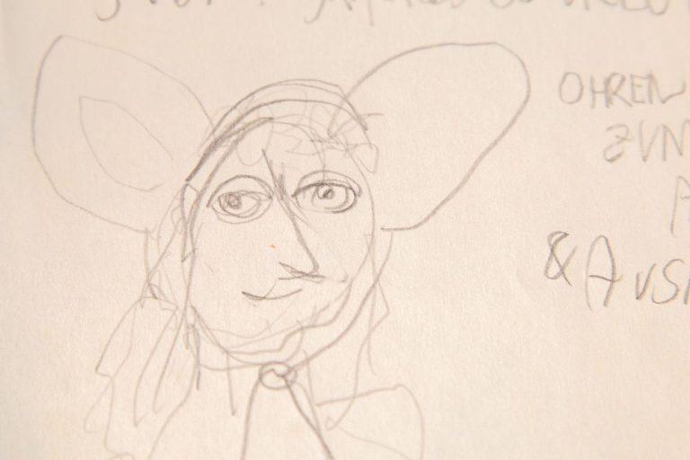 Zeichnung linke Hand eines Kopfes mit Riesenohren, die zum Abnehmen sind