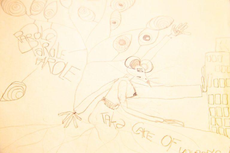 eine gezeichnete weibliche Ratte im Menschenkörper, auf der Flucht vor Augen, Sprüchen und hohen Stadtgebäuden