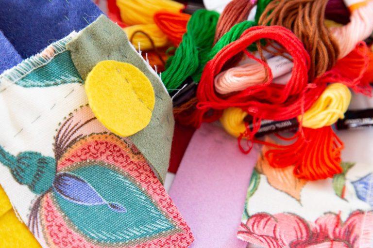 kunterbuntes Allerlei von Fäden und Stoffstücken eines handgenähten Quilts
