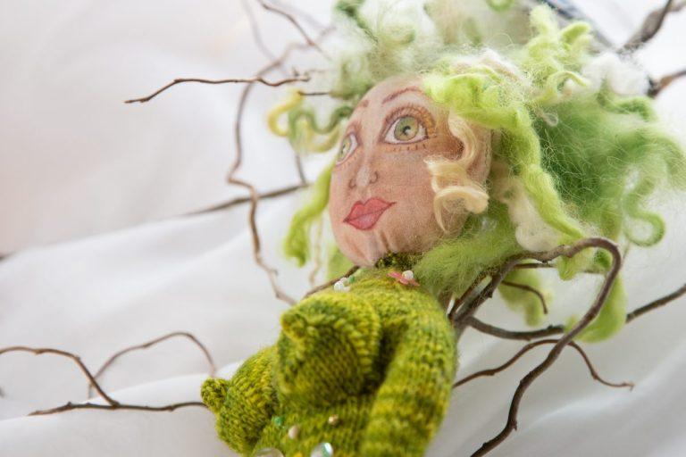 grünhaarige Göttin mit Busen, gestrickt und mit Perlen bestickt