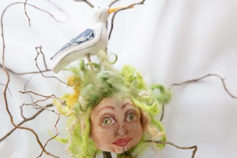 grünhaarige junge Frau, grüne Augen, handgefertigt aus Baumwollstoff und mit gestricktem Körper, begleitet von einer Möwe